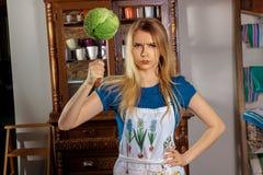 Blonde Hausfrau mit Wannen Lizenzfreie Stockfotografie