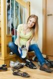 Blonde Hausfraureinigungsschuhe Lizenzfreie Stockbilder