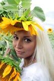 Blonde hermoso con el girasol Imágenes de archivo libres de regalías