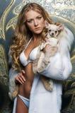 Blonde hermoso con el pequeño perro Foto de archivo