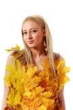 Blonde hermoso con los ojos azules en el vestido de hojas Imagen de archivo libre de regalías
