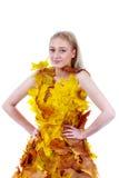 Blonde hermoso con los ojos azules en el vestido de hojas Fotos de archivo libres de regalías
