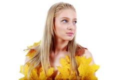 Blonde hermoso con los ojos azules en el vestido de hojas Imágenes de archivo libres de regalías