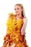Blonde hermoso con los ojos azules en el vestido de hojas Fotos de archivo
