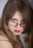 Blonde hermoso de la muchacha con los ojos azules y los vidrios Fotos de archivo