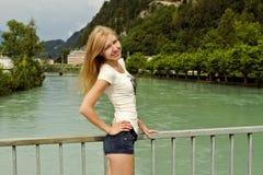 Blonde hermoso de la muchacha en fondo de la naturaleza Imagenes de archivo