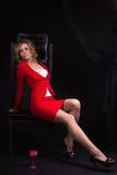 Blonde hermoso en alineada roja Fotos de archivo libres de regalías