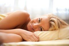 Blonde hermoso en cama Imagen de archivo libre de regalías