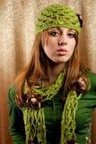 Blonde hermoso en casquillo y bufanda retros Imagen de archivo libre de regalías