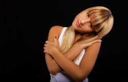 Blonde hermoso en negro Fotografía de archivo