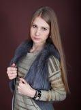 Blonde hermoso en un chaleco de la piel Fotografía de archivo