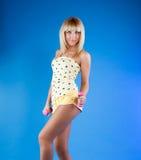 Blonde hermoso en un fondo azul Fotos de archivo libres de regalías