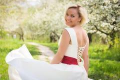 Blonde hermoso en un jardín Imagenes de archivo