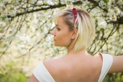 Blonde hermoso en un jardín Imágenes de archivo libres de regalías