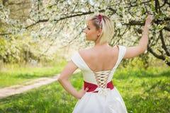 Blonde hermoso en un jardín Fotografía de archivo