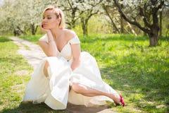 Blonde hermoso en un jardín Foto de archivo libre de regalías