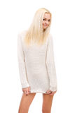 Blonde hermoso en un suéter blanco. Imagen de archivo