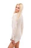 Blonde hermoso en un suéter blanco. Fotos de archivo