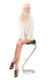Blonde hermoso en un suéter blanco. Fotografía de archivo libre de regalías