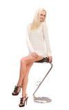 Blonde hermoso en un suéter blanco. Fotos de archivo libres de regalías