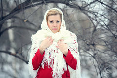 Blonde hermoso en una nieve rusa tradicional del invierno Fotografía de archivo