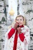 Blonde hermoso en una nieve rusa tradicional del invierno Fotos de archivo