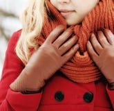 Blonde hermoso en una nieve rusa tradicional del invierno Imagenes de archivo