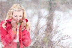 Blonde hermoso en una nieve rusa tradicional del invierno Foto de archivo libre de regalías