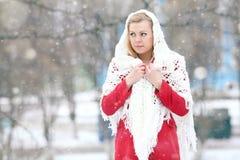 Blonde hermoso en una nieve rusa tradicional del invierno Foto de archivo