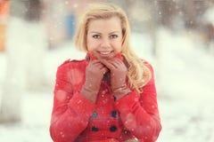 Blonde hermoso en una nieve rusa tradicional del invierno Imágenes de archivo libres de regalías