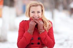 Blonde hermoso en una nieve rusa tradicional del invierno Imagen de archivo