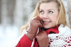 Blonde hermoso en una nieve rusa tradicional del invierno Fotos de archivo libres de regalías