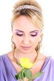 Blonde hermoso joven con la flor Fotos de archivo libres de regalías