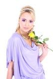 Blonde hermoso joven con la flor Imágenes de archivo libres de regalías