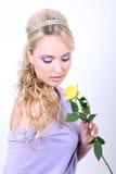 Blonde hermoso joven con la flor Foto de archivo libre de regalías