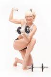 Blonde hermoso joven con una figura atlética Imágenes de archivo libres de regalías