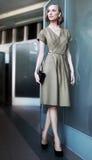 Blonde hermoso joven de la mujer de negocios en el trabajo Imagen de archivo