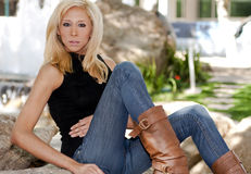 Blonde hermoso joven en el parque imágenes de archivo libres de regalías