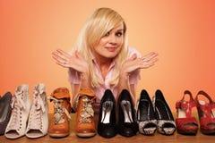 Blonde hermoso que hace un deccision sobre los zapatos Foto de archivo