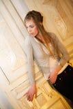 Blonde in het binnenland royalty-vrije stock afbeeldingen