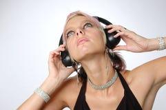 Blonde het genieten van muziek met hoofd royalty-vrije stock afbeelding