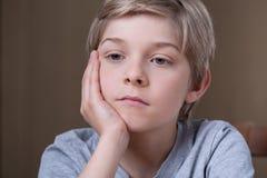 Blonde het jonge jongen denken Stock Foto's