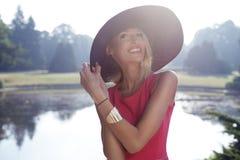 Blonde het mooie vrouw stellen Royalty-vrije Stock Fotografie