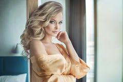 Blonde het sensuele vrouw stellen stock afbeelding