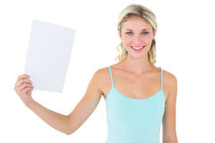 Blonde heureuse tenant une feuille de papier Image libre de droits