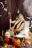 Blonde Hexe mit einem Besen Stockbilder