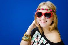 Blonde Hippie-Frau in der Sonnenbrille Lizenzfreie Stockbilder