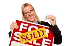 Blonde Holding-Tasten u. verkauft für Verkaufs-Zeichen Lizenzfreie Stockfotografie
