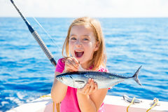 Blonde jong geitjemeisje visserijtonijn weinig tonijn gelukkig met vangst Royalty-vrije Stock Afbeeldingen