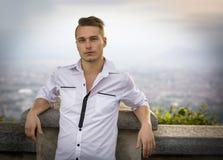 Blonde jonge mens bovenop heuvel boven Turijn, Italië Stock Foto
